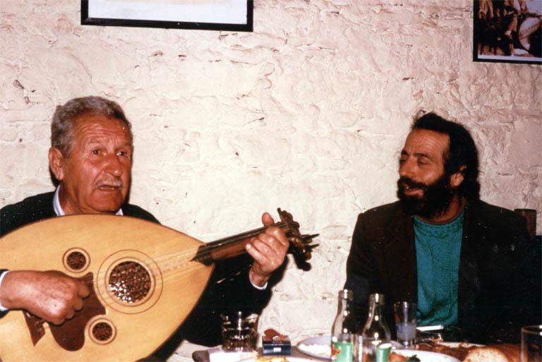 Ο μουσικός Νίκος Παραλής ή «Λαβίδας» (ούτι) και ο Σόλωνας Λέκκας (τραγούδι) κατά τη διάρκεια ηχογράφησης του ερευνητικού προγράμματος «Κιβωτός του Αιγαίου» στην ταβέρνα «Μπουντρούμι» στη Μυτιλήνη Λέσβου, στις 01/02/1997.