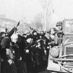 Έλληνες χωρικοί κάπου στην ύπαιθρο τον Μάιο του 1941 υποδέχονται τα στρατεύματα Κατοχής με τον ναζιστικό χαιρετισμό