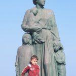 Η προσφυγίνα μάνα και τα παιδιά της
